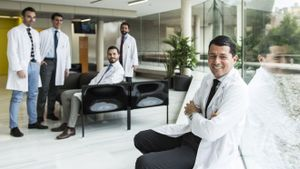 El doctor Alberto Breda, en primer plano, en la Fundación Puigvert junto a sus colegas Ángelo Territo, Alberto Piana, Andrea Gallioni y Pietro Diana.