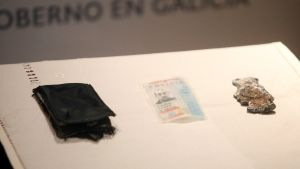 GRAF1793. A CORUÑA, 19/11/2019.- Una mujer que paseaba este domingo con su perro por la coruñesa playa de Riazor encontró una cartera que contenía la placa y el carné de Policía Nacional de Javier López López, uno de los tres agentes que fallecieron en la madrugada del 27 de enero de 2012 intentando salvar al joven Tomás Velicky y a los que A Coruña recuerda como los héroes del Orzán. EFE/ Cabalar