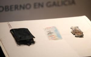 La cartera (izquierda), carnet y placa de Policía Nacional de Javier López López, uno de los tres agentes que fallecieron en la madrugada del 27 de enero del 2012.