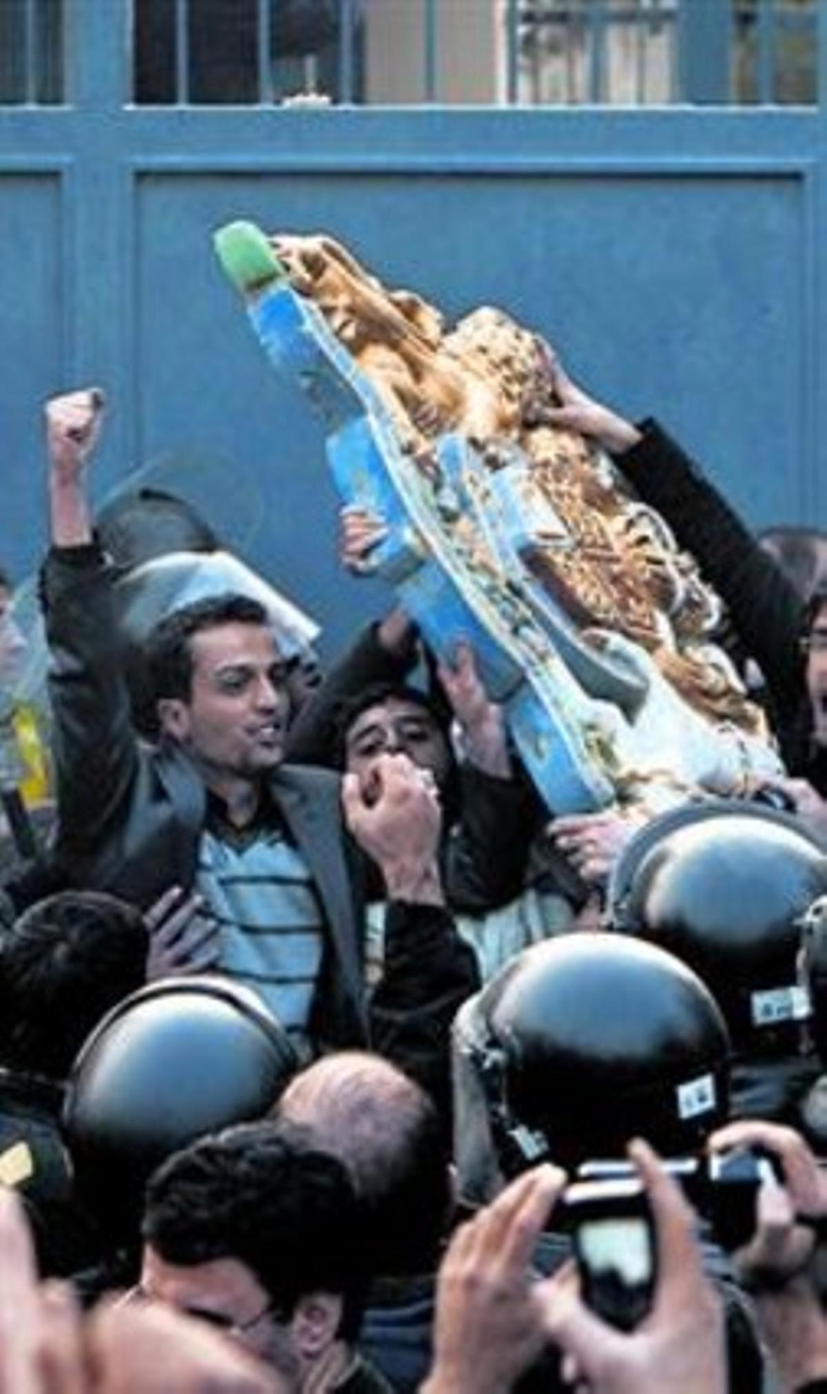 Dos momentos del asalto de la embajada británica en Teherán protagonizado ayer por decenas de manifestantes en el centro de la ciudad.
