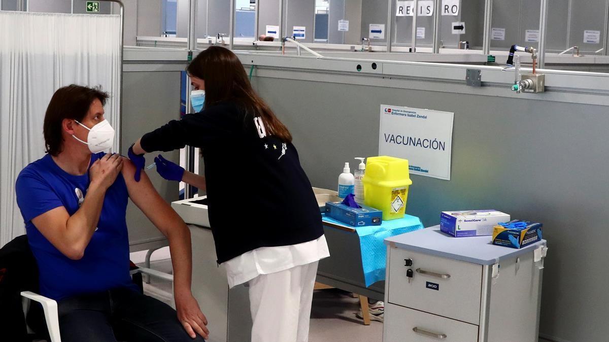 Una enfermera administra la vacuna de AstraZeneca en el Hospital Enfermera Isabel Zendal de Madrid, el pasado 24 de marzo.