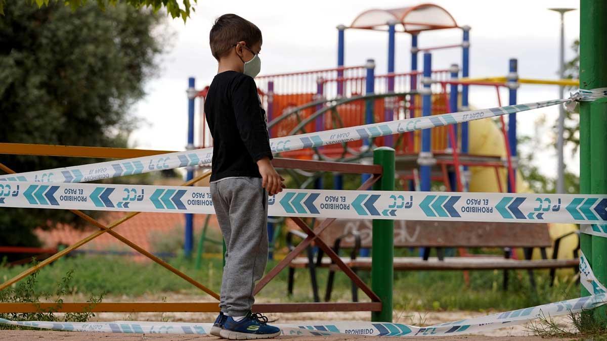El Gobierno aprueba la Ley de Protección a la Infancia. En la foto, un niño ante un parque cerrado.