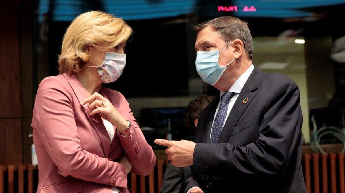 La ministra alemana de Agricultura, Julia Kloeckner, conversa con el ministro español Planas en Luxemburgo, este lunes.