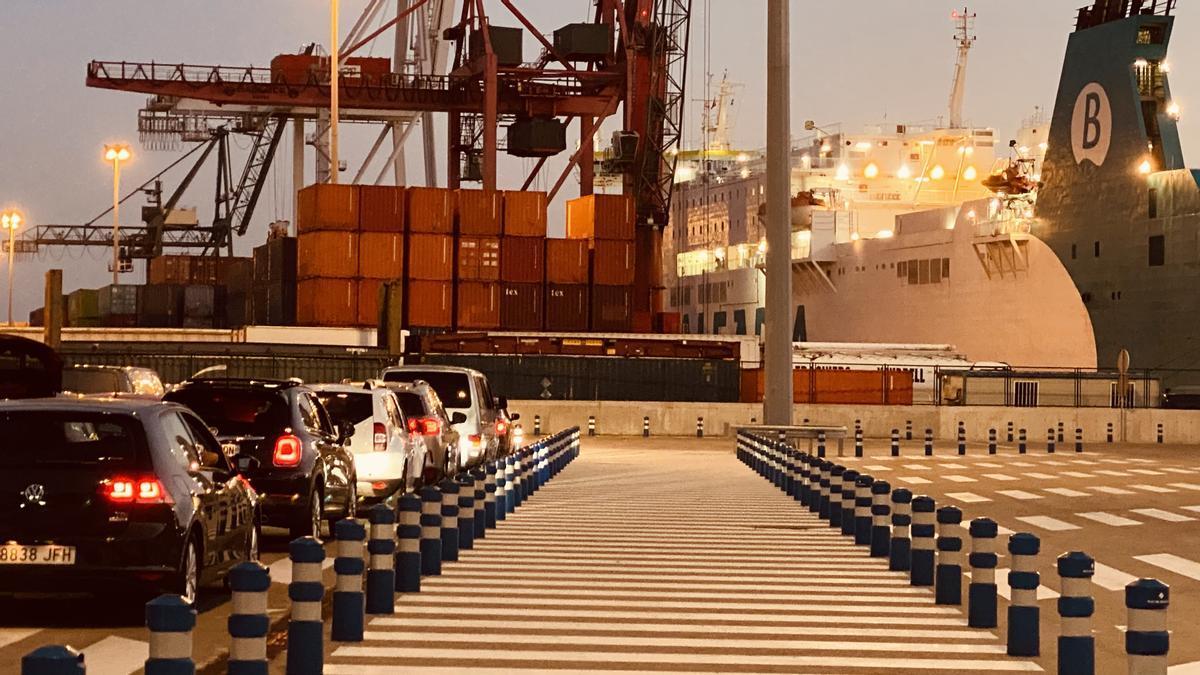 Contenedores en el Moll Adossat del puerto de Barcelona, junto a un ferri.