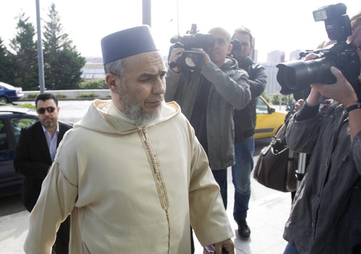El imán de Terrassa, Abdeslam L., a su llegada esta mañana a los juzgados de esta ciudad, donde ha prestado declaración, tras ser acusado de incitar a la violencia y la discriminación contra la mujer.