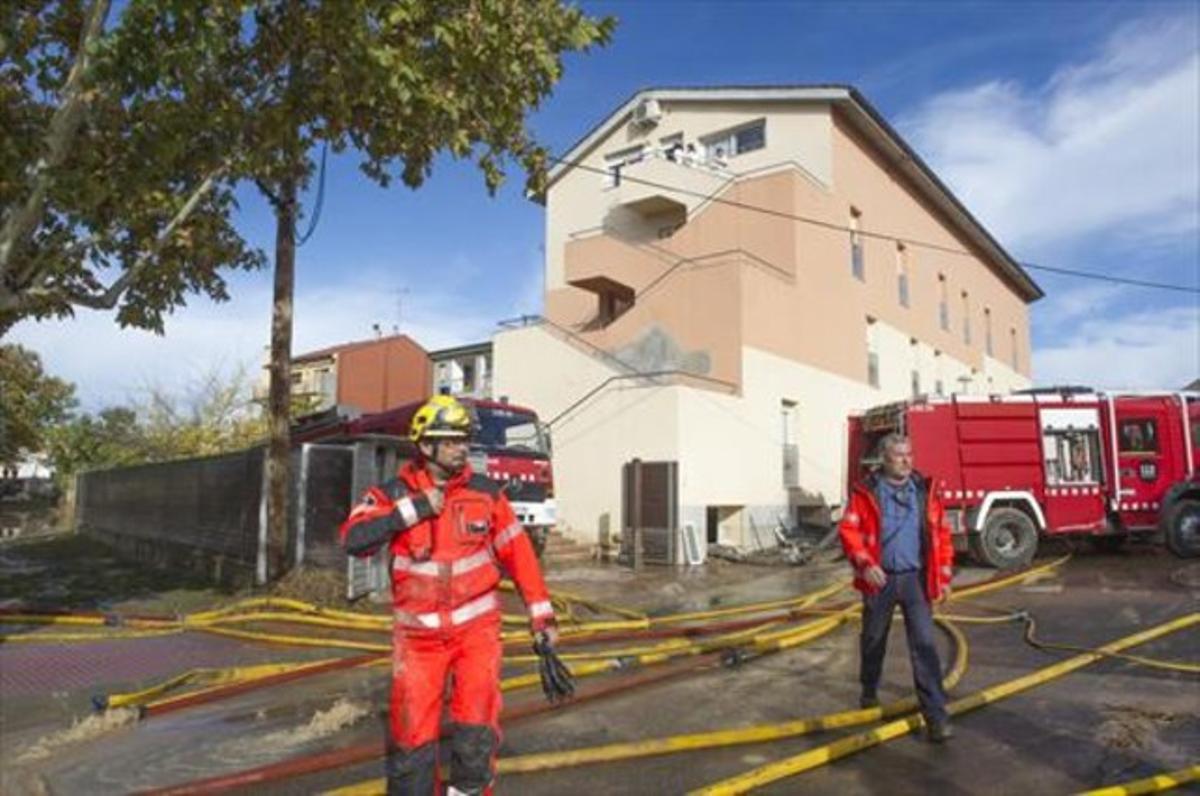 Unos bomberos, ante la residencia geriátrica de Agramunt.