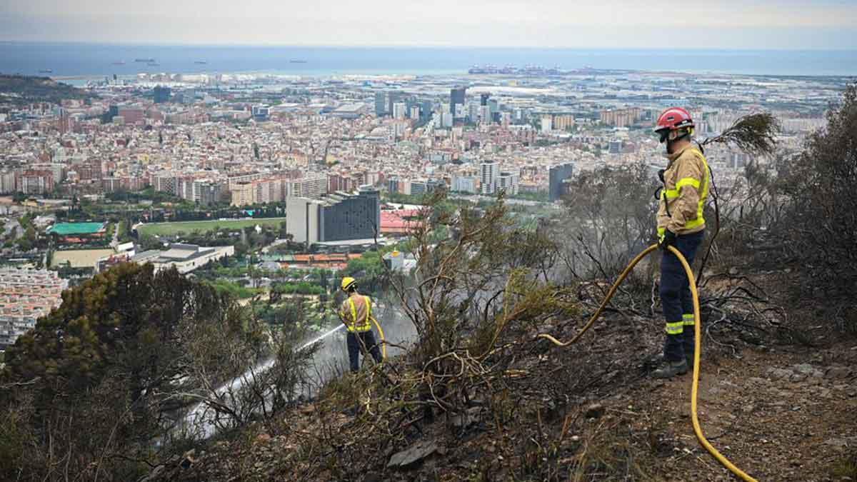 Los bomberos controlan el incendio en Sant Pere Màrtir, en Barcelona.