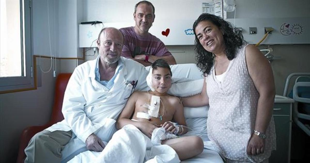 Marc Palanqués en una habitación del Hospital de Sant Joan de Déu, en compañía de sus padres y del doctor Parri, el día en que fue operado, el pasado julio.