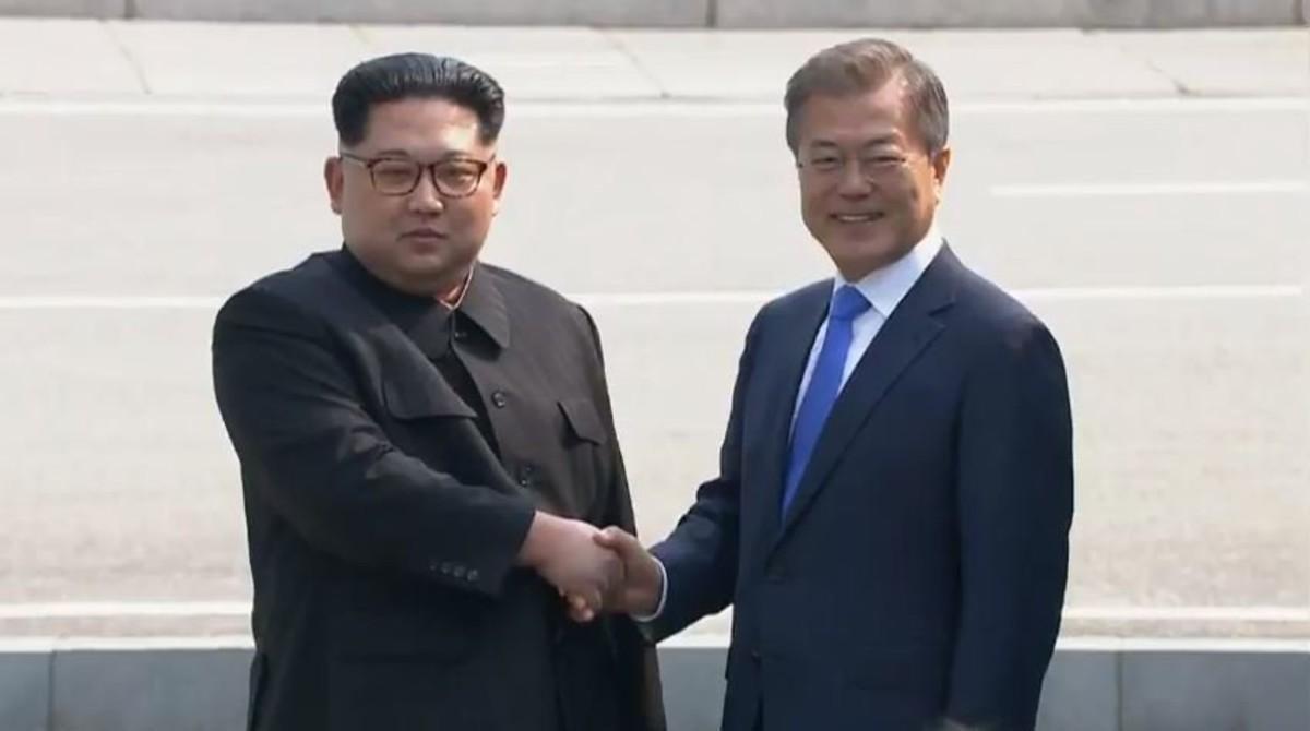 Saludo histórico entre Kim Jong-un y Moon Jae-in, al inicio de la cumbre entre las dos Coreas.