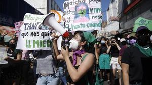 Un grupo de mujeres periodistas en la marcha del 8M en El Salvador.