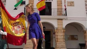 El cartel que anuncia una jura de bandera en el que aparece la imagen de una mujer en minifalda.
