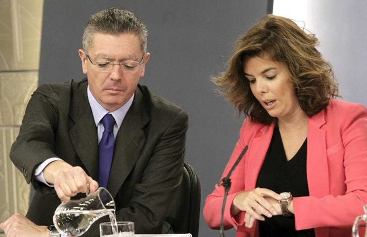 Sáenz de Santamaría y Ruiz-Gallardón, en la rueda de prensa del Consejo de Ministros.