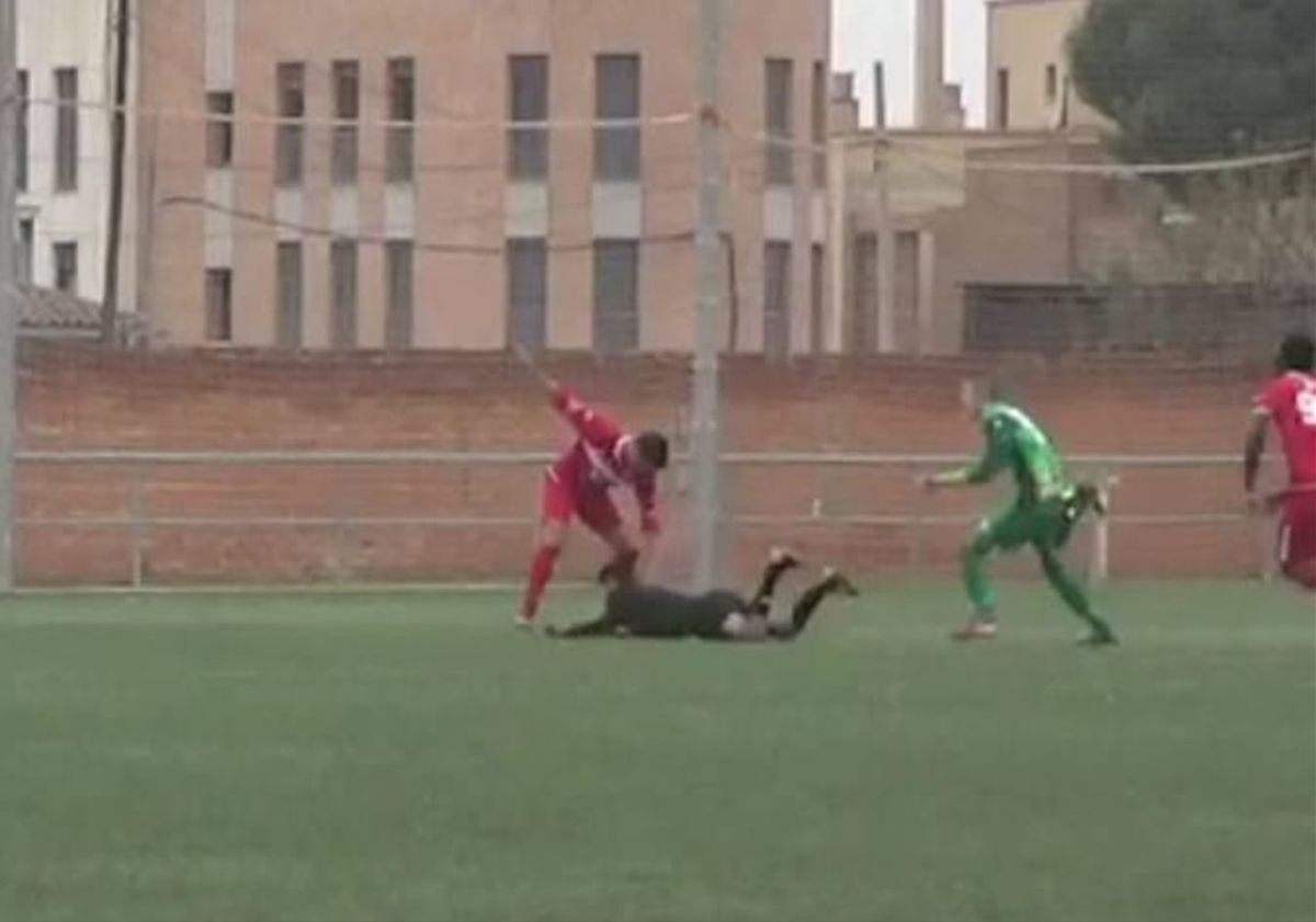 Momento de la agresión del jugador al colegiado.