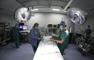 Médicos y enfermeras preparan un quirófano del Hospital Germans Trias i Pujol, Can Ruti, para una intertenvión.