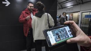 Un interventor pide el billete a Berta, cuya foto colándose se ve en el móvil que sostiene un segundo revisor.