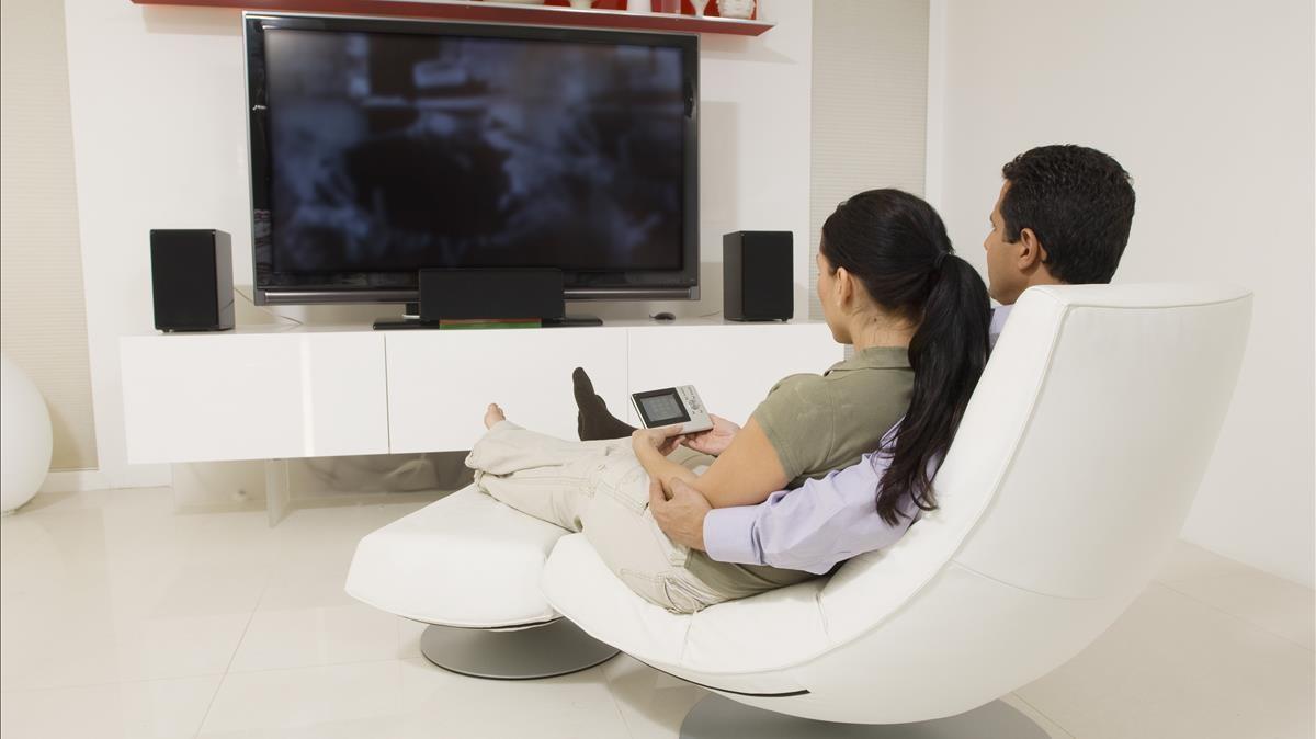 Una pareja ve la televisión en 'streaming'.