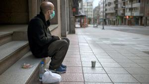Un hombre sin hogar, en una céntrica calle de Ourense (Galicia).