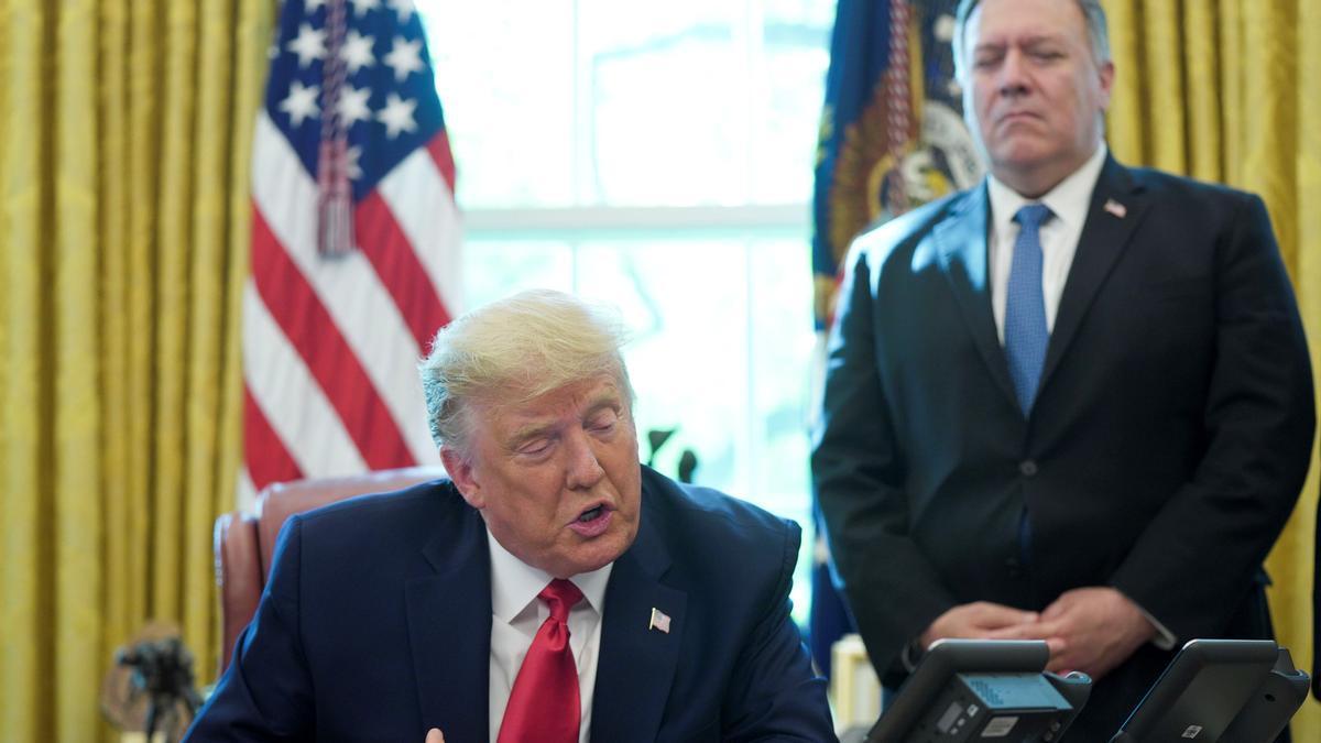 El presidente de Estados Unidos, Donald Trump, en el Despacho Oval junto al secretario de Estado, Mike Pompeo.