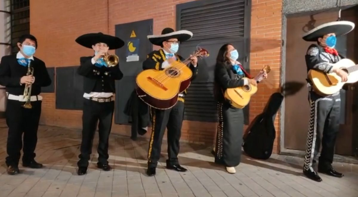 ForoCoches envia un quintet de mariachis a la seu de Podem