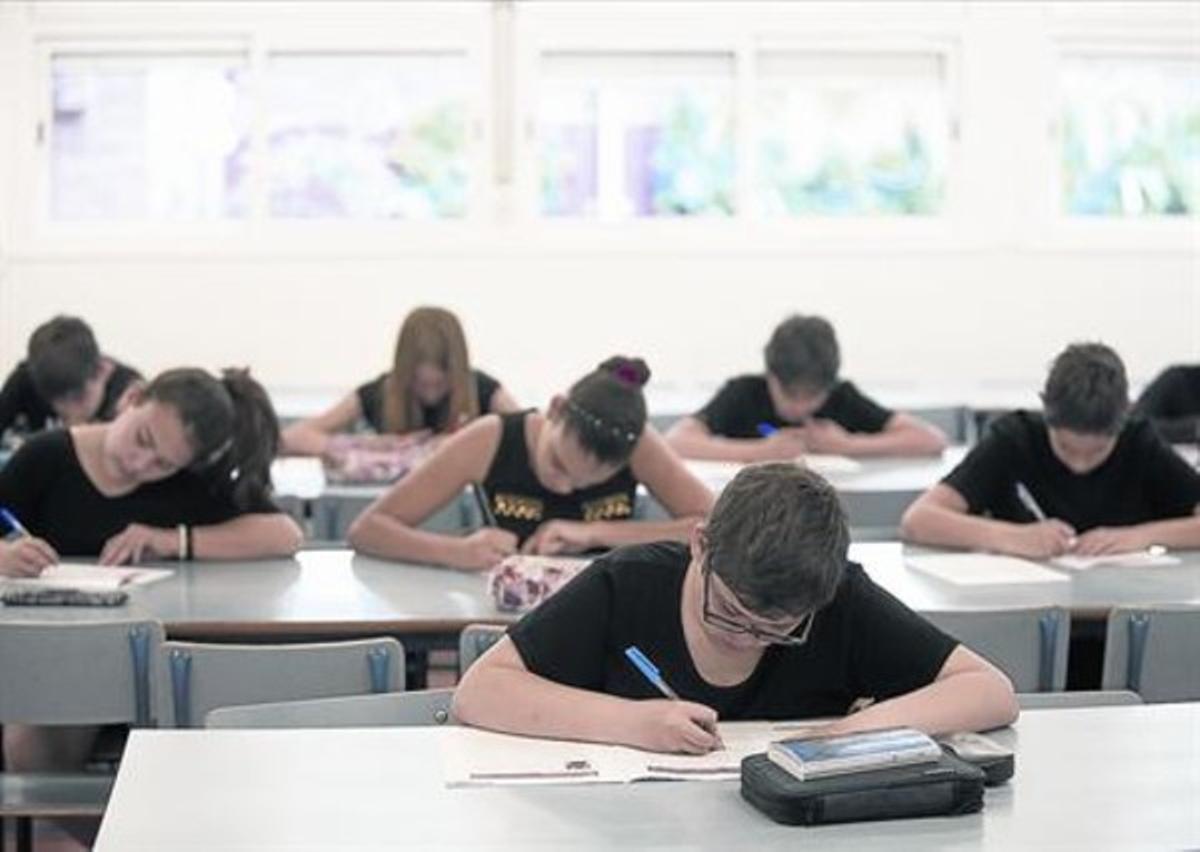 Alumnos de la escuela Duran i Bas de Barcelona, durante la realización de las pruebas de competencias básicas de sexto de primaria, ayer.