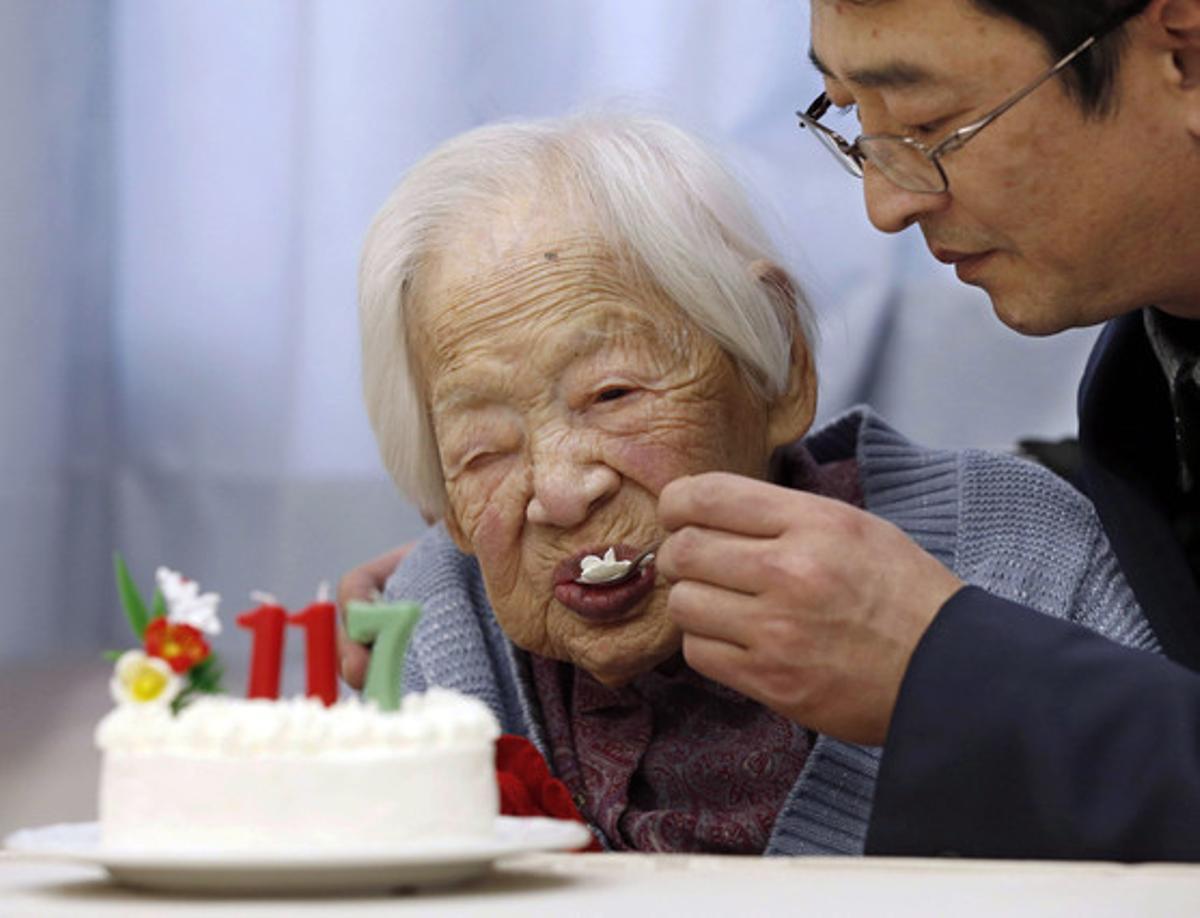 La japonesa Misao Okawa, ya fallecida, el 5 de marzo del 2015, celebrando su 117º cumpleaños en Osaka.
