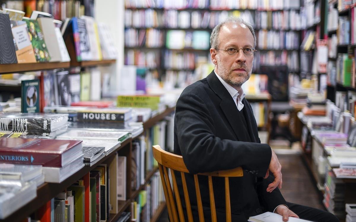 El poeta Aurelio Major antes de la presentación de su nuevo libro en la librería La Central