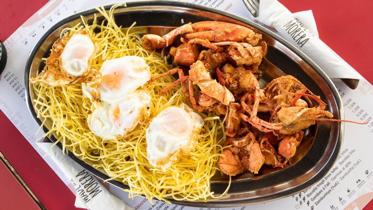El bogavante con patatas y huevo.