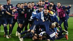 Los jugadores de Escocia celebrando la clasificación a la Eurocopa 2020 /Reuters
