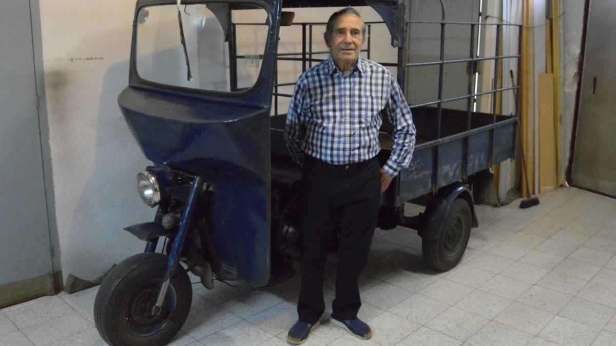 Enric Martí, en el garaje de su casa con el legendario motocarro que aparece en la película 'Plácido'.