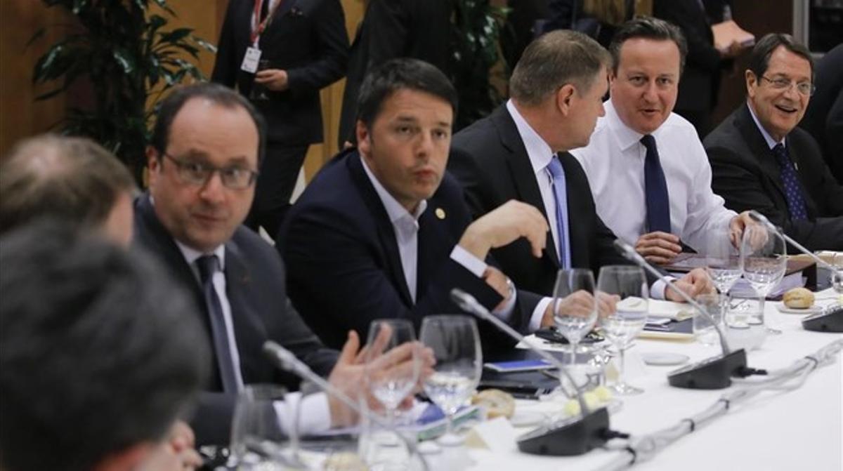 Cena de jefes de Estado y de Gobierno de la UE, con Hollande (izquierda), junto a Renzi (a su izquierda) y Cameron (segundo por la derecha), esta noche.