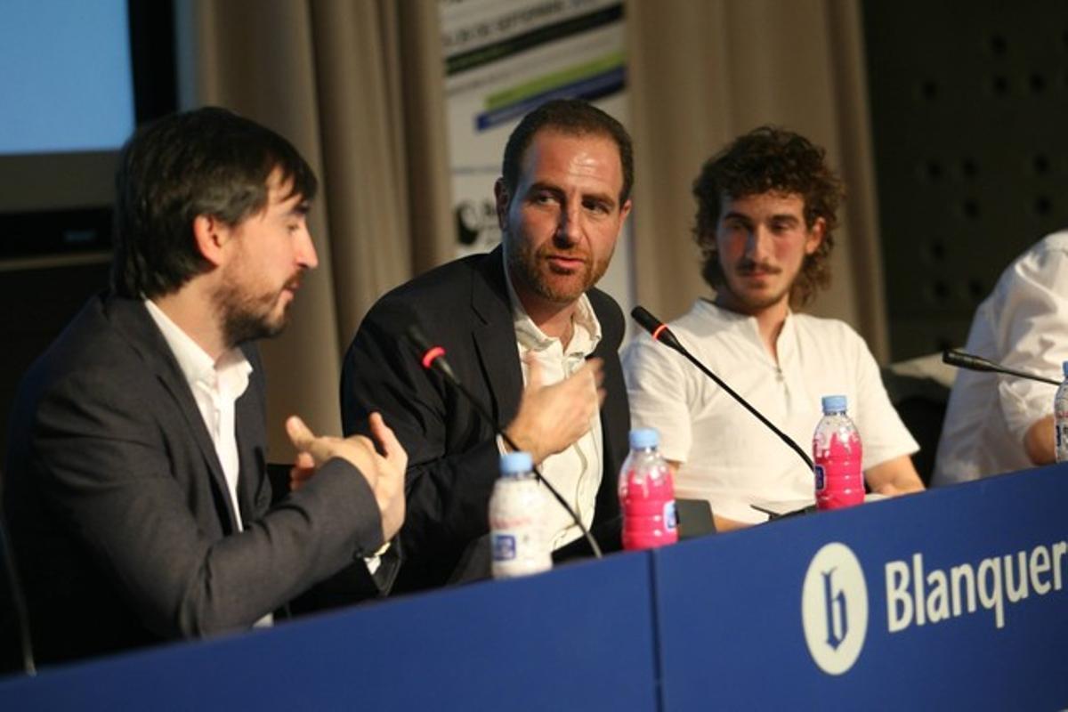 Enric Hernàndez, flanqueado por Ignacio Escolar (izquierda), y Javier Flores, en la Social Media Week.