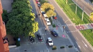 Vista del lugar donde el terrorista abandonó el Ford Focus de Pau Pérez, ante el edificio Walden de Sant Just.