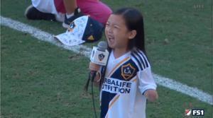 La pequeña cantante y actriz fue la encargada de la ceremonia protocolaria del himno estadounidense.