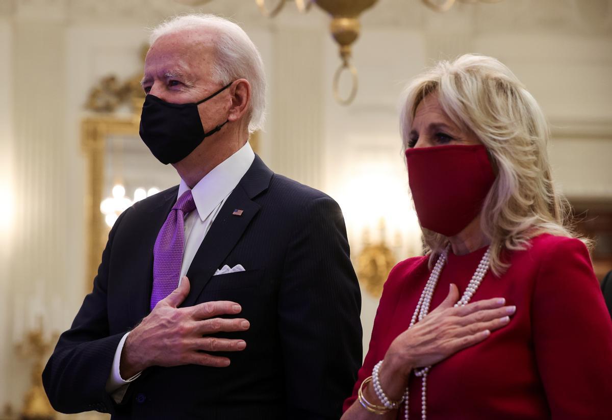 Joe y Jill Biden participan en una plegaria virtual en la Casa Blanca, este jueves.