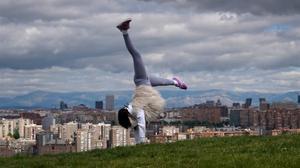 Una niña juega en el parque de las Tetas, esta mañana en Madrid.