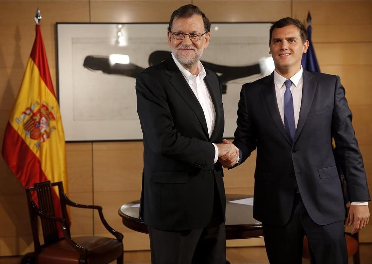 Rajoy y Rivera se saludan al inicio de unareunión el 10 de agostoen el Congreso.
