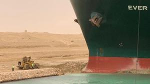 Operarios trabajando para desencallar al 'Ever Given', en el Canal de Suez.