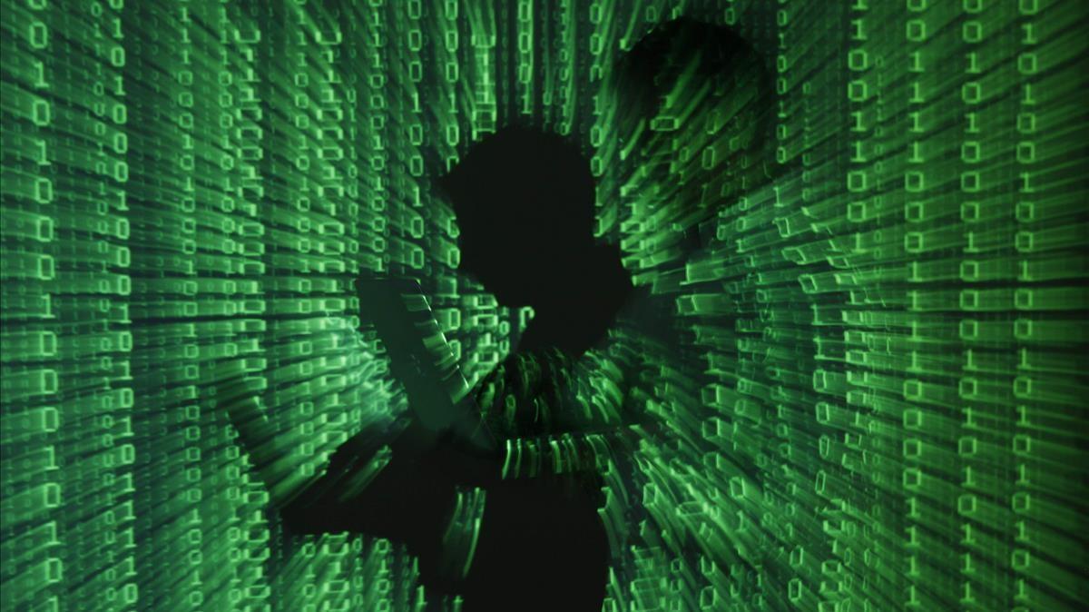 Proyección de código informático alrededor de la sombra de un programador.