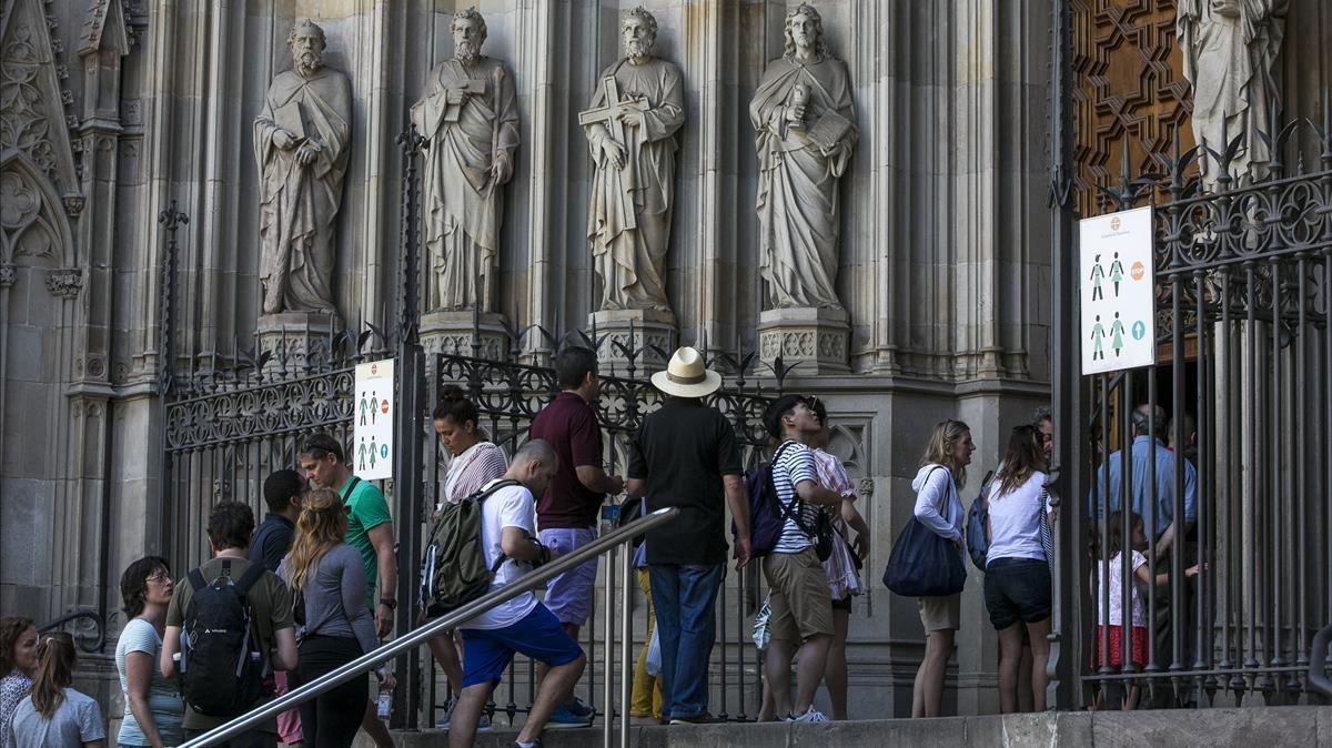 Turistas ante la Catedral de Barcelona.