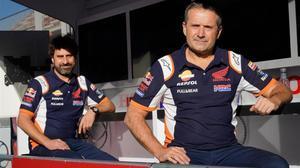 Santi Hernández, a la izquierda, ingeniero de Marc Márquez, junto a Carlos Liñán, jefe de mecánicos, ayer, en Montmló.