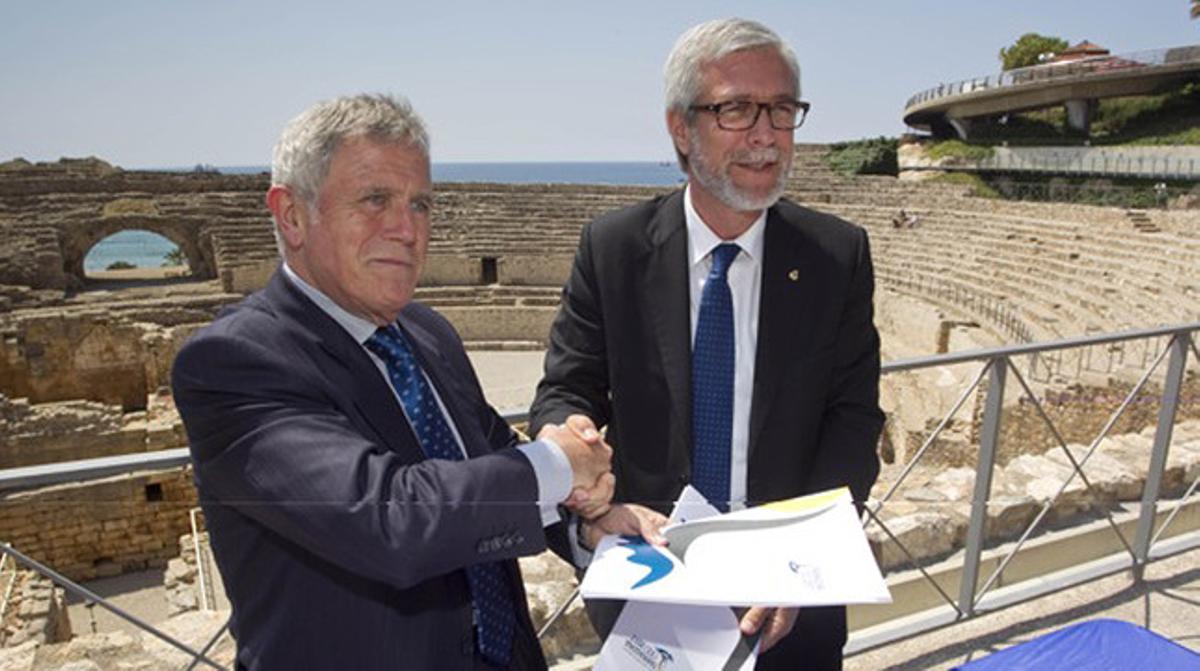 El director general del Grupo Damm, Enric Crous (izquierda), y el alcalde de Tarragona y presidente del comité organizador de los Juegos Mediterráneos,Josep Fèlix Ballesteros, durante la firma del acuerdo de patrocinio.
