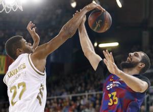 Tavares (i) y Mirotic luchan por un balón durante el último Madrid-Barça de baloncesto.