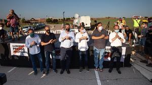 Algunos de los presos del 1-O en un acto celebrado en julio a las puertas de la prisión de Lledoners, en Sant Joan de Vilatorrada.