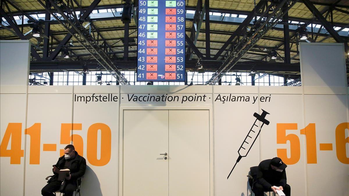 Dos hombres esperan su turno para ser vacunados en el centro de vacunación Treptow Arena de Berlín, en diciembre pasado.