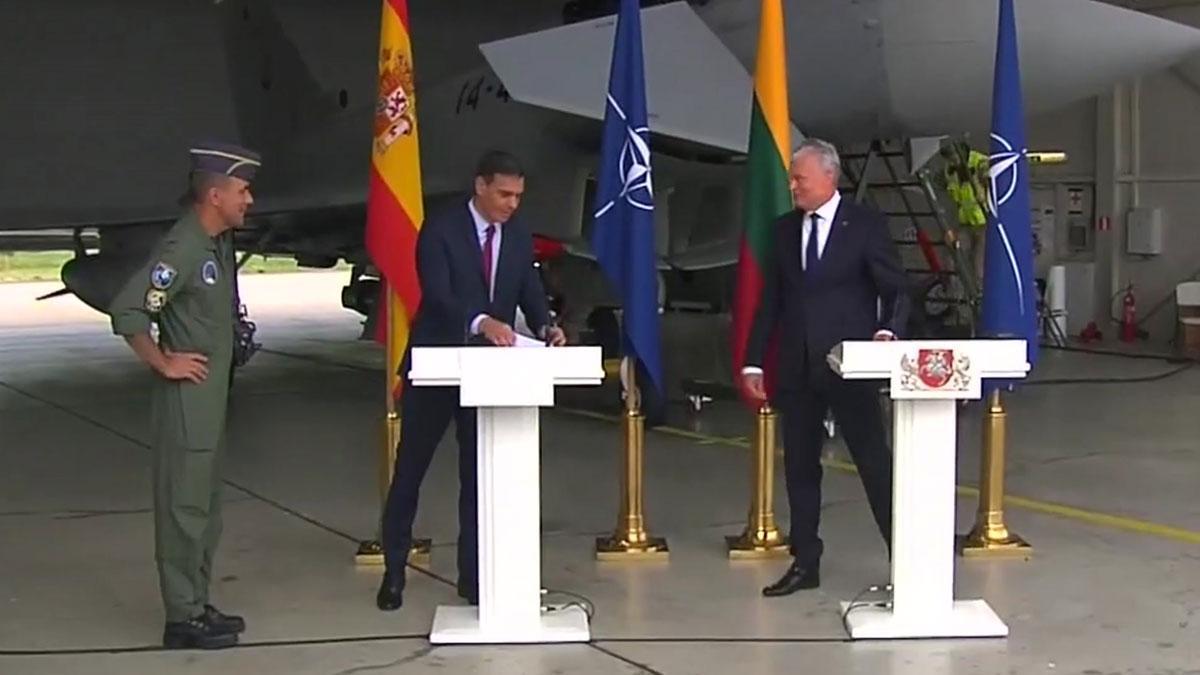 Una alerta real interrumpe la visita de Sánchez en la base de la OTAN en Lituania.