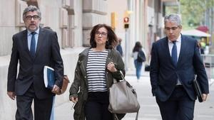 La mujer deJordi Turull,Blanca Bragulat, entra en el TSJC acompañada de sus abogados, Jordi Pina y Francesc Homs.