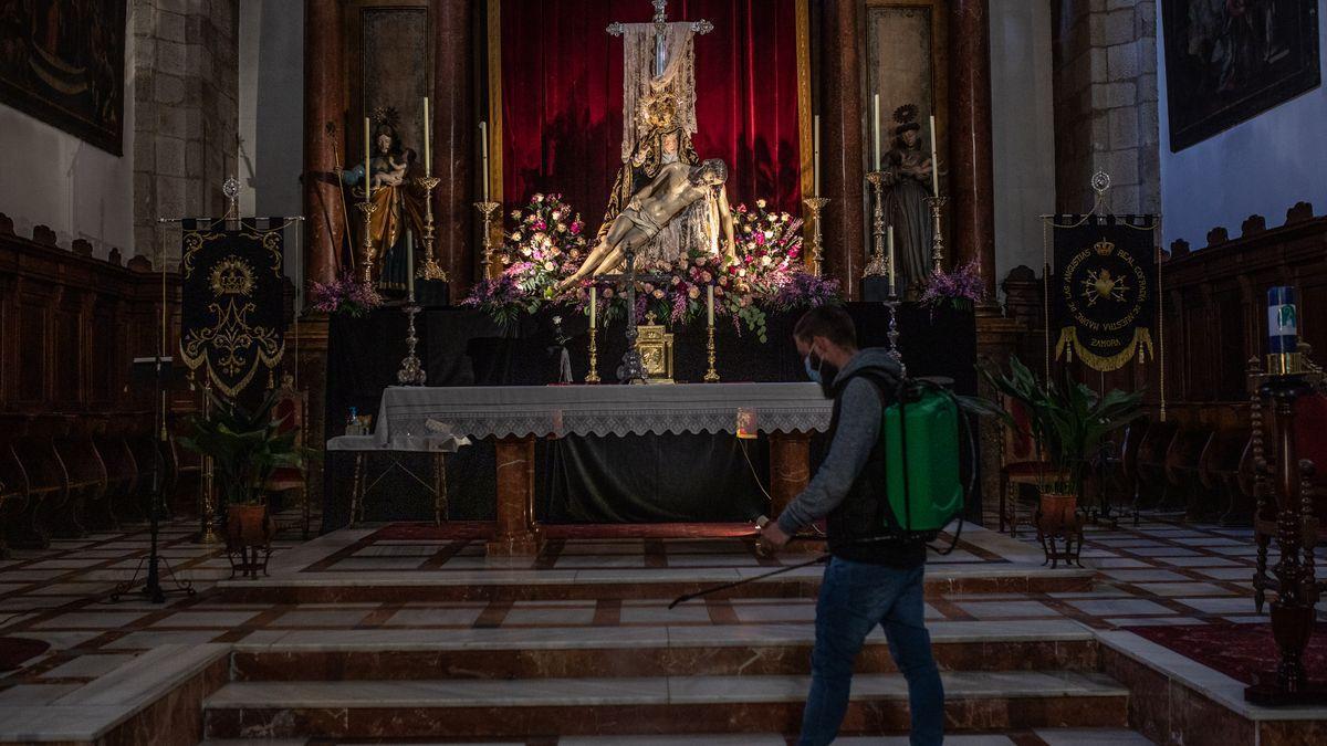 La pandemia obliga, como el año pasado, a suspender las procesiones. Nuestra Madre de las Angustias, en su altar, en Zamora.