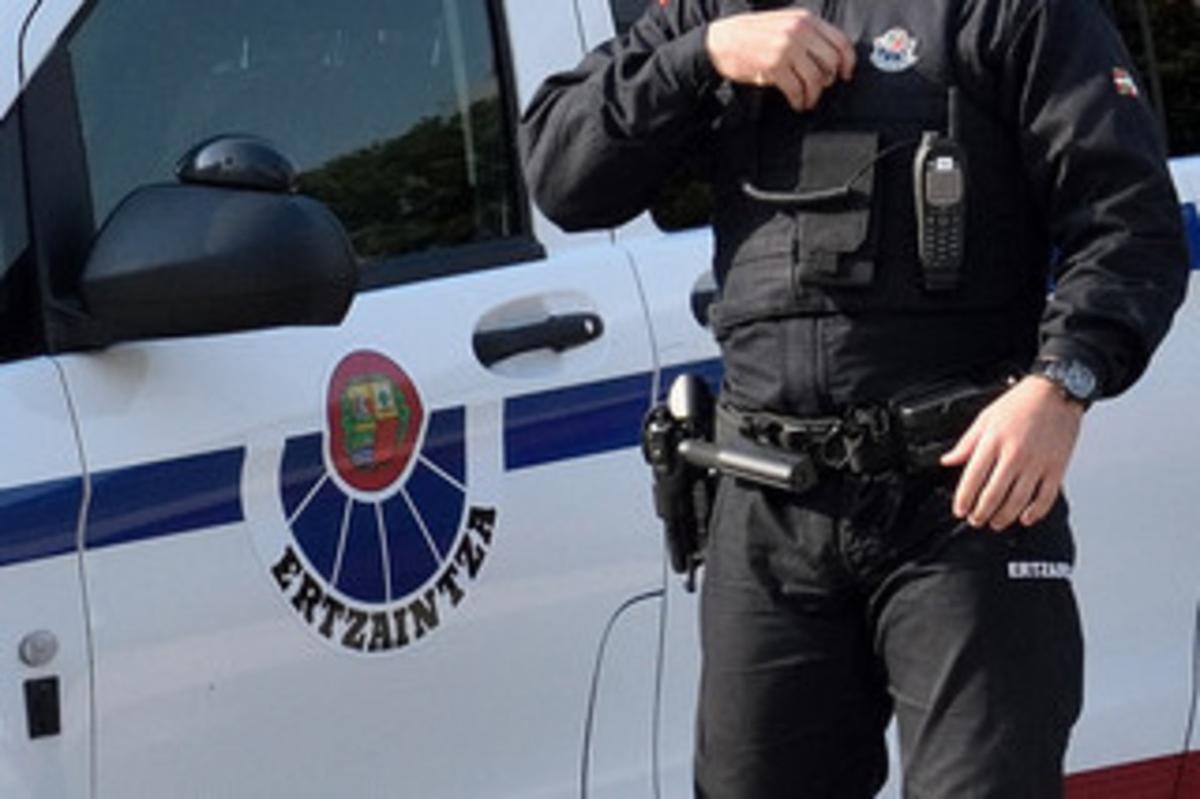 L'Ertzaintza investiga dos trets a l'interior d'un cotxe patrulla sinistrat