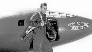 Charles Yeager, junto al X-1 Glamorous Glennis (bautizado así en honor a su primera mujer) con el que rompió la barrera del sonido por primera vez en la historia en 1947.