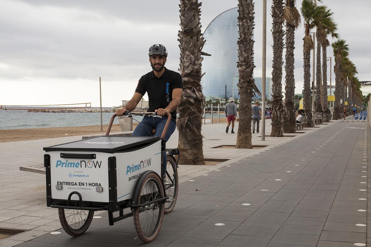 Un repartidor de Amazon Prime Now en Barcelona.
